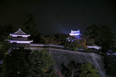 青く染まった松江城1