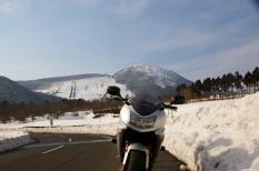 三瓶山をバックに県道40号線