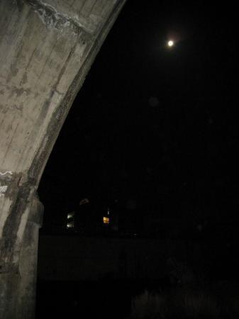 2009/03/11橋の下から満月