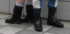ヒールの低いブーツを履いています