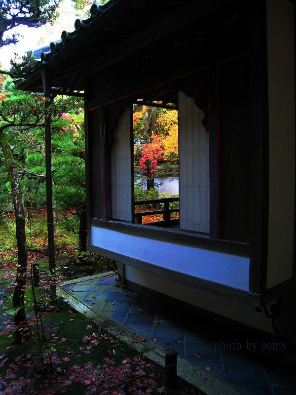 火頭窓(?)越しにも紅葉が見えました