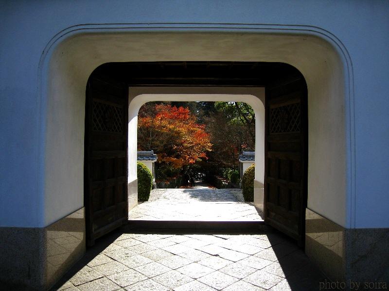 山門(楼門)と紅葉
