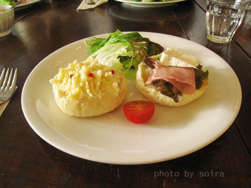 カマンベールチーズと生ハム・ポテトサラダのオープンサンド