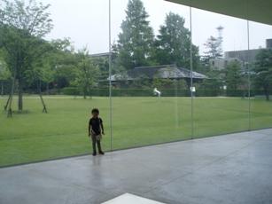 美術館のガラス壁
