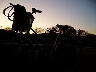 眠気覚ましに、夕方のサイクリング。