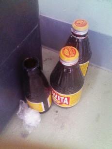 ゴミ箱の隅に潜む瓶