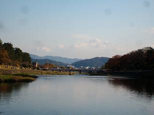 賀茂川の飛び石から見通した北大路橋方面(秋の紅葉の季節)