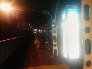 夜のバス停でバスを待つ。_2008-01-18