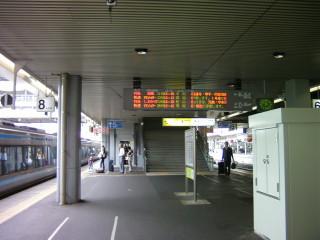 お昼前の岡山駅のホーム_2009-08-06
