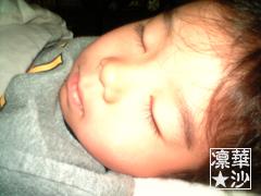 我が子の寝顔はカワイイですよね!