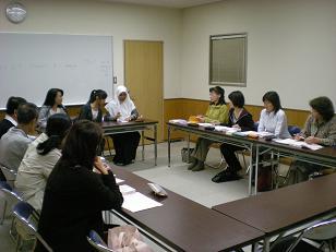 初級も教室で三名の留学生と授業開始