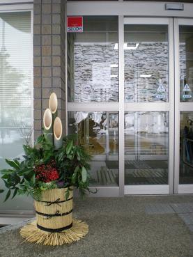 今年は「門松」が皆さんを出迎えいたします・・・