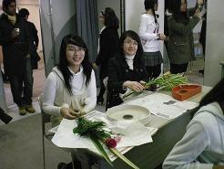 日研生のイ―さん・リーさんも楽しく生け花に挑戦