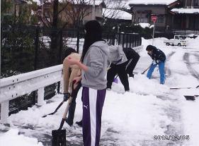 交流会に参加した金大地域創造2年生は2月5日に雪かきを