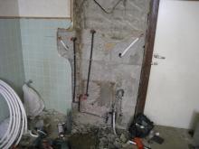 壁に配管を埋めます