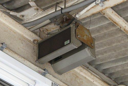 JR総武線津田沼駅のスピーカー(松下電器(現パナソニック)製ソノコラムスピーカー) 2008年6月6日撮影