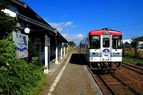 高島駅と列車