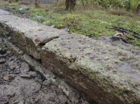 東側境界線 大谷石3