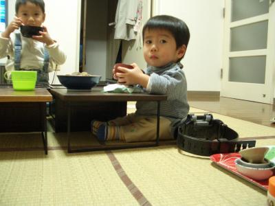 小机で食事をとる佑次郎