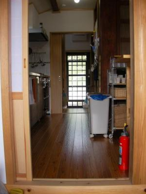 キッチンの動線 玄関から勝手口を見る