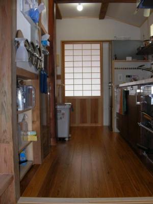 キッチンの動線 勝手口から玄関を見る