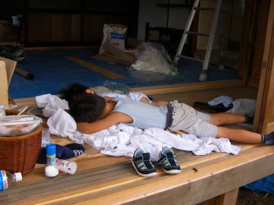 ウエスの上で眠る子供たち