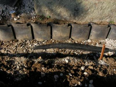 犬走り工事 第2日目 有孔管と瓦の埋設