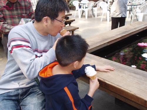 20090412アイスを食べる人たち
