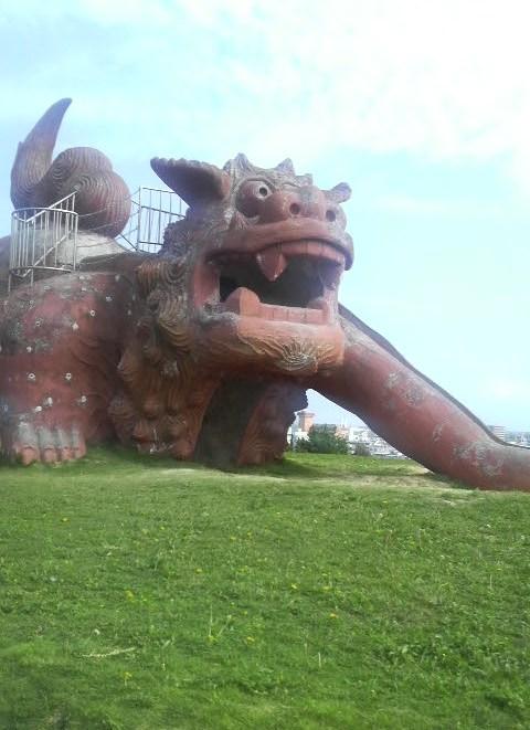 公園にあったシーサーのすべり台