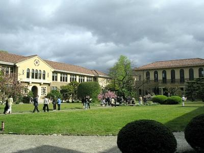 神戸女学院中庭を囲む建築