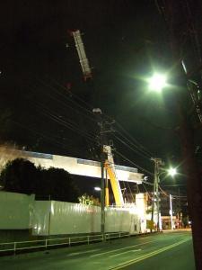 工事開始10分前に現場到着。既に歩道が吊り上げられています。
