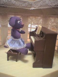 ピアノと女装したチョコ之助君。