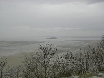 雨にけぶる島