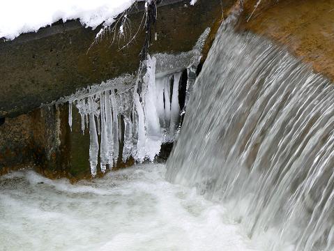 080119 梵字川の小さな堰堤のツララ