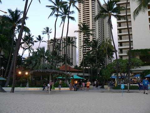 '08ハワイ 0626ビーチからヒルトン村を眺める