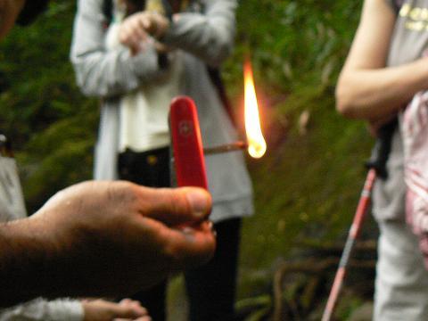 '08ハワイ 0627マノア滝ツアー:ククイの実に火を点す