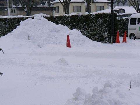 080113 お向かいの雪の山