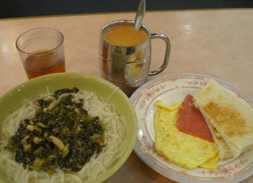 茶餐庁で朝食を食べる