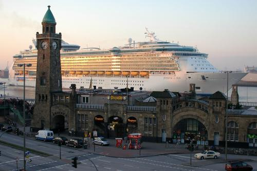 Freedom-of-the-Seas--in-Hamburg.jpg
