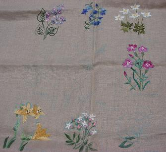 途中の花刺繍