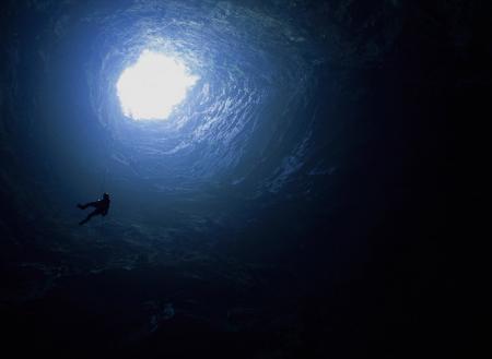 タイトル:奈落の底へ