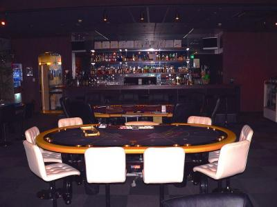 写真キャプション=バカラテーブルの向こうにカウンターが見える「ゲームカジノ」の1シーン