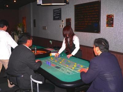 写真キャプション=この「ゲームカジノ」の目玉であるダブルのルーレット台