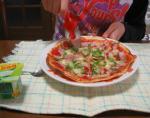 おちび ピザをつくる 焼けたピザを切る