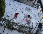 雪の中で遊ぶ子供達