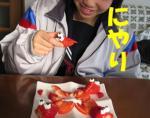 いちごで金魚を食べるおちび  にやり♪