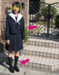 入学式の朝 玄関先で おちびの制服姿
