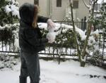 無心に雪ダルマをつくるおちび (いったいあなたはいくつなのw?