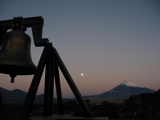 明け方の月と富士山