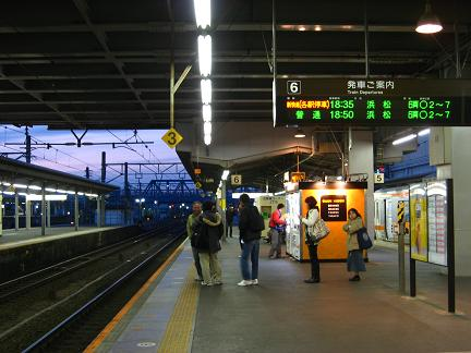 夕暮れ時の豊橋駅